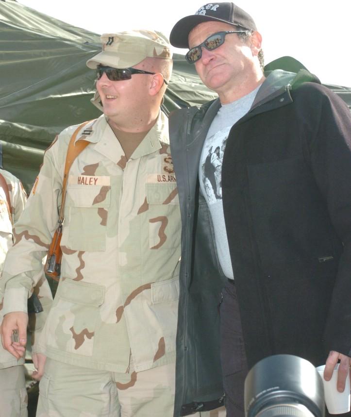 Robin QWiiliams vor einem Auftriit vor amerikanischen Soldaten im Irak