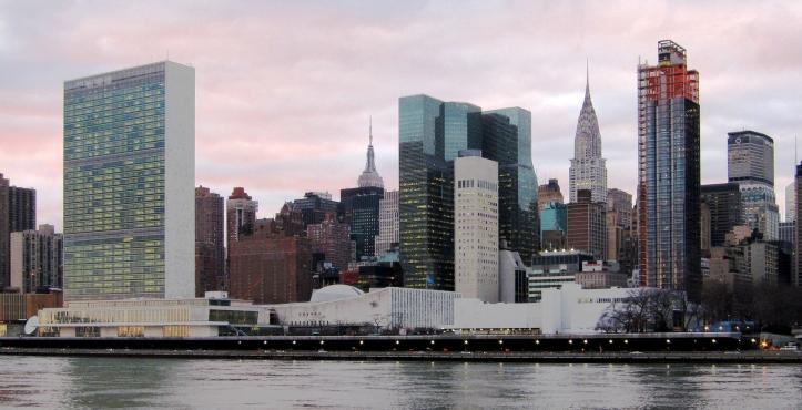 Blick auf die United Nations Plaza und das Hauptquartier der Vereinten Nationen in New York